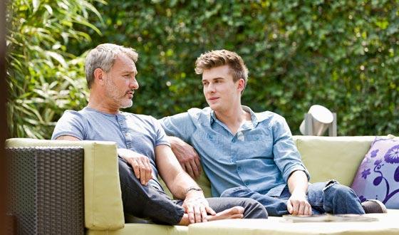 Vater und Sohn sitzen im Garten